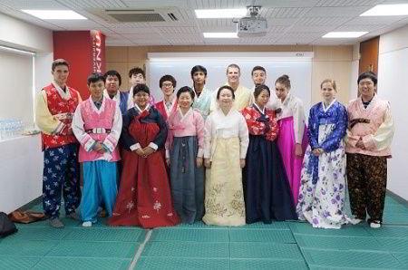 Sinh viên quốc tế trong giờ học văn học tại trường Kyungpook