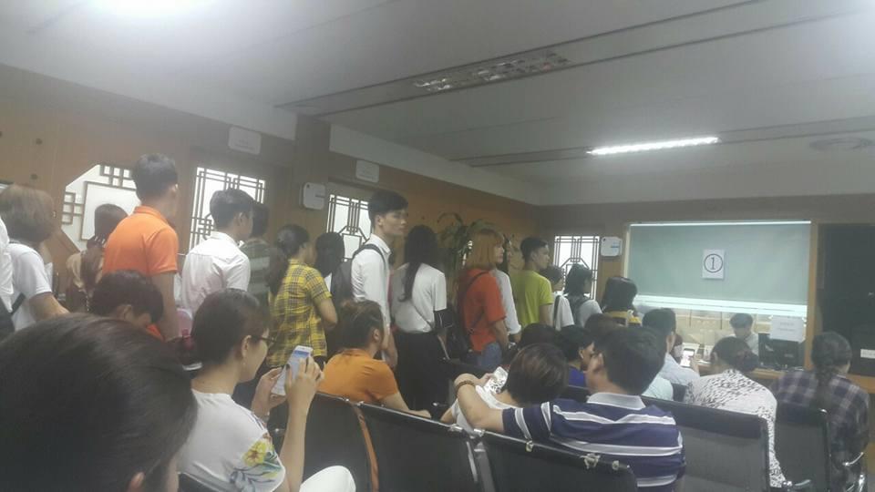 Quá đông học sinh xếp hàng xin visa du học Hàn Quốc