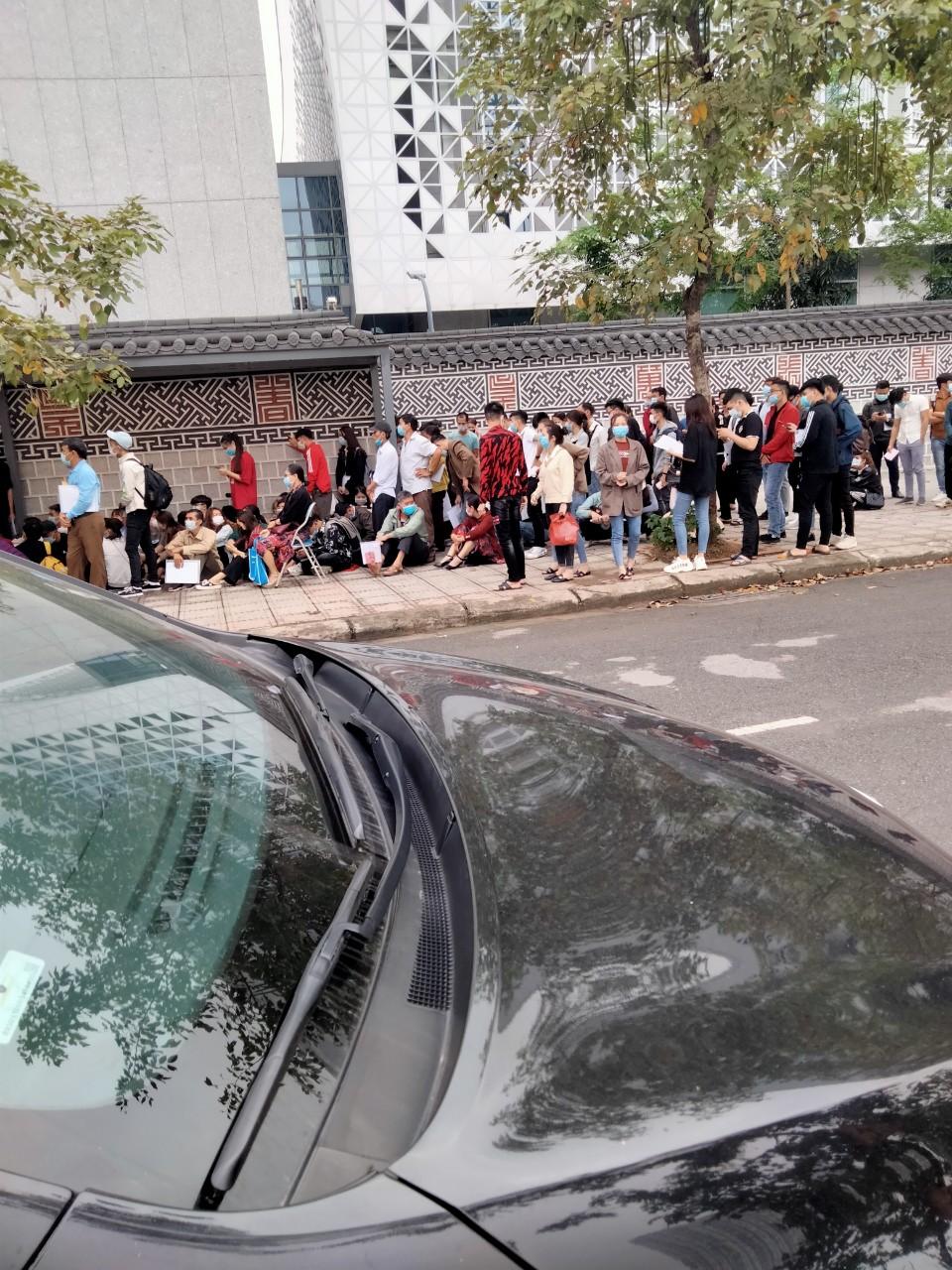 Xếp hàng làm thủ tục hợp pháp hóa lãnh sự Hàn Quốc rất đông